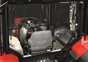 In cabina i comandi sono raggruppati logicamente: la consolle sulla destra ospita la leva dell'acceleratore e i comandi dei distributori meccanici.