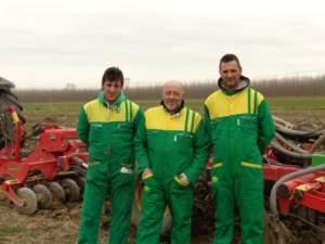 Alessandro Nozza (primo da destra) con due membri del suo team di lavoro.