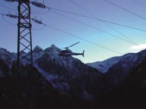 Trasporto in elicottero di una squadra di lavoro a Rivier d'Allemand, nel cuore della Oisans, ai piedi della catena montuosa Belledonne.