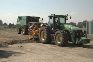 I John Deere 8000, pur dopo l'acquisto del 9520 Rx, sono ancora cinque: sintomo di grande impegno sulle lavorazioni pesanti.