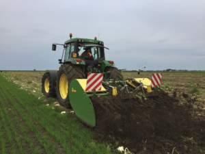 La vangatrice all'opera su un campo prima coltivato a finocchio.