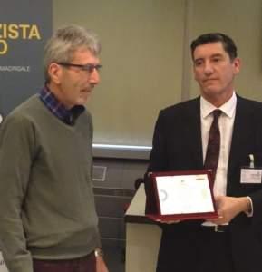Roberto Trevisan (a sinistra) premiato da Marco Miserocchi, responsabile marketing e vendite Spektra Agri.