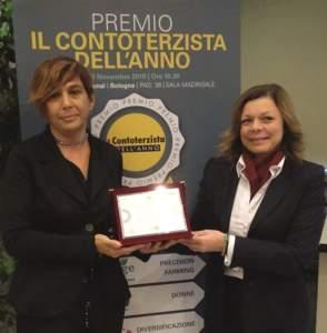 Rossella Guizzardi (a sinistra) premiata da Lucia Salmaso, direttore generale di Bkt Europe.