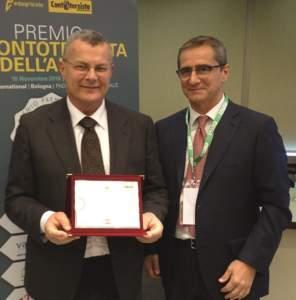 Marco Speziali (a sinistra) premiato da Eugenio Occhialini, direttore Edagricole (a nome di Kuhn, impossibilitata a presenziare all'evento).