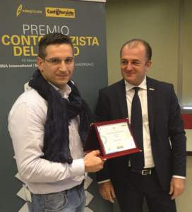 Carlo Feletto (a sinistra) premiato da Paolo Andreone, responsabile marketing New Holland Agriculture.