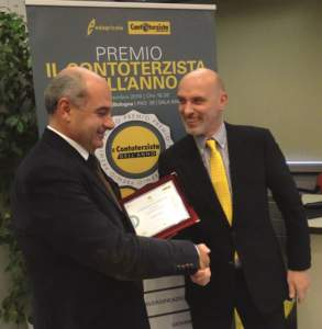 Luciano Petrini (a sinistra) premiato da Stefano Ribatti, crop manager di Eurochem Agro.