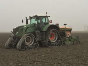 La sostituzione delle ruote con cingoli permette di seminare anche con un 936.