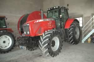 Per le arature, una delle attività principali dell'azienda, si usa un 8480 Massey Ferguson.