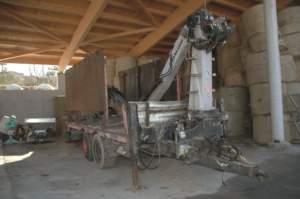 In un'azienda di montagna le attrezzature sono completamente diverse rispetto alla pianura. Vediamo qui un carro forestale con braccio per il caricamento dei tronchi.
